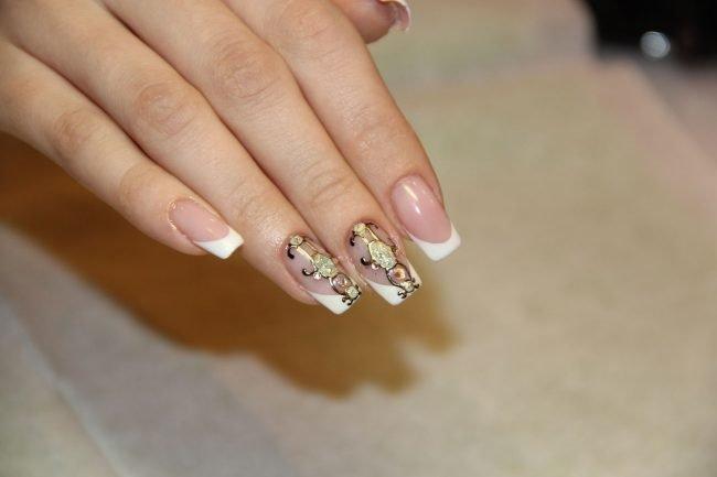 Дизайн ногтей френч с жидкими камнями