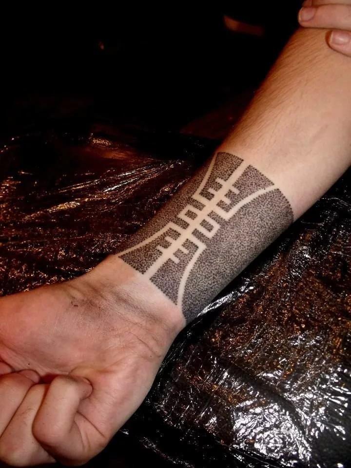 Татуировки для мужчин браслеты на руке 134