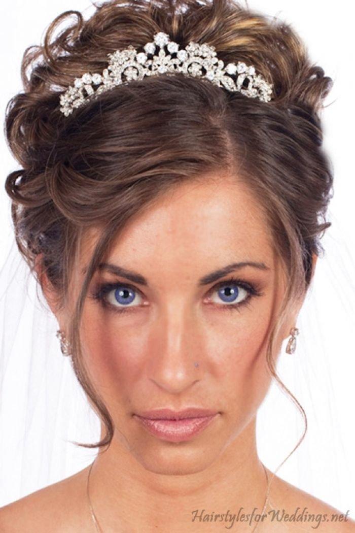 Свадебные прически с диадемой на коротких волосах