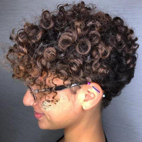 Модная стрижка из кучерявых волос