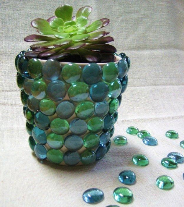 Декоративные стеклянные камешки, которые используются для декора аквариумов, пригодятся и для того, чтобы украсить цветочные гор