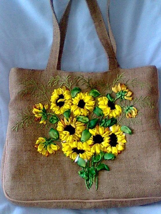 Вышивка на сумке из мешковины