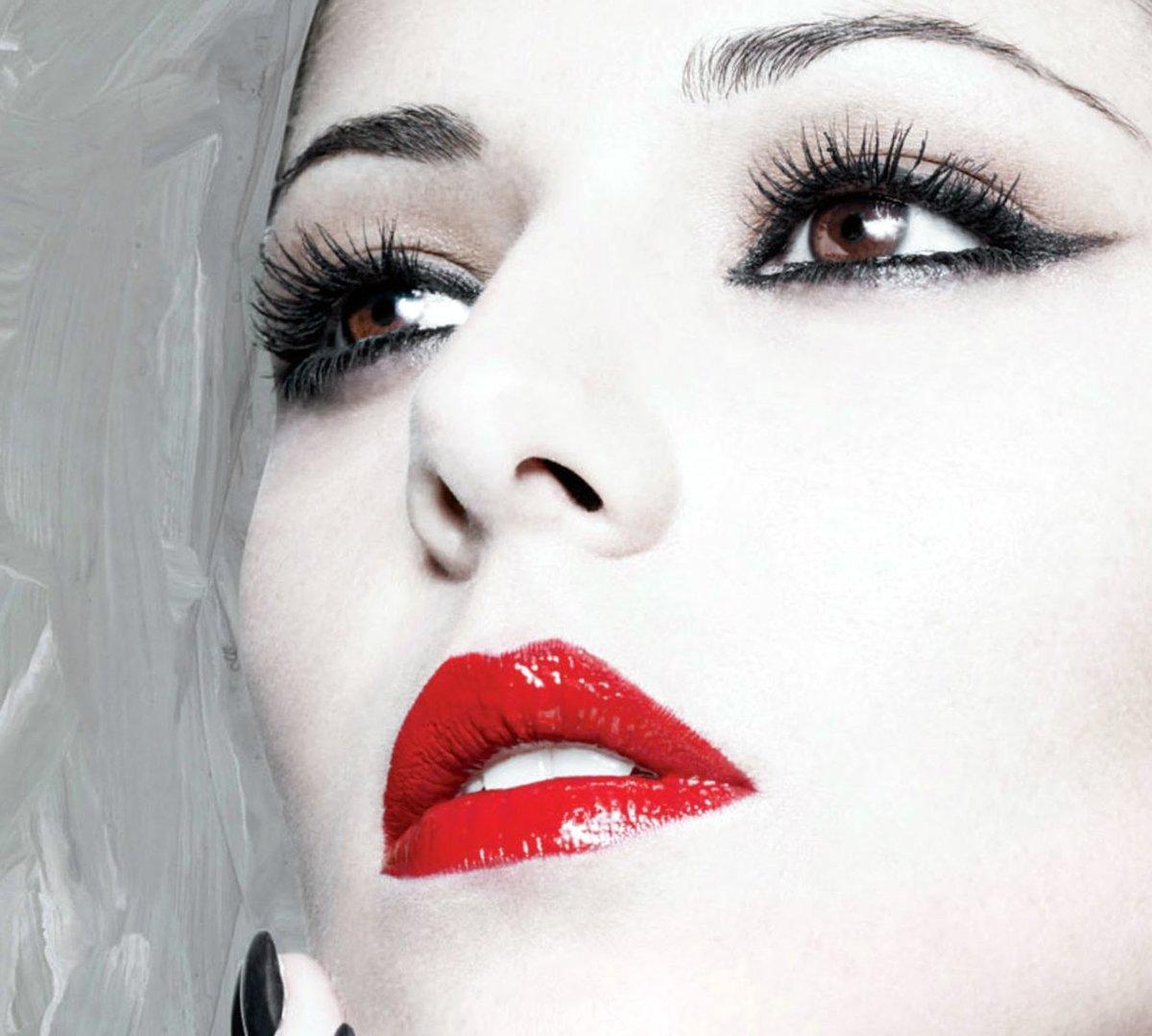 Сексуальный макияж с красной помадой