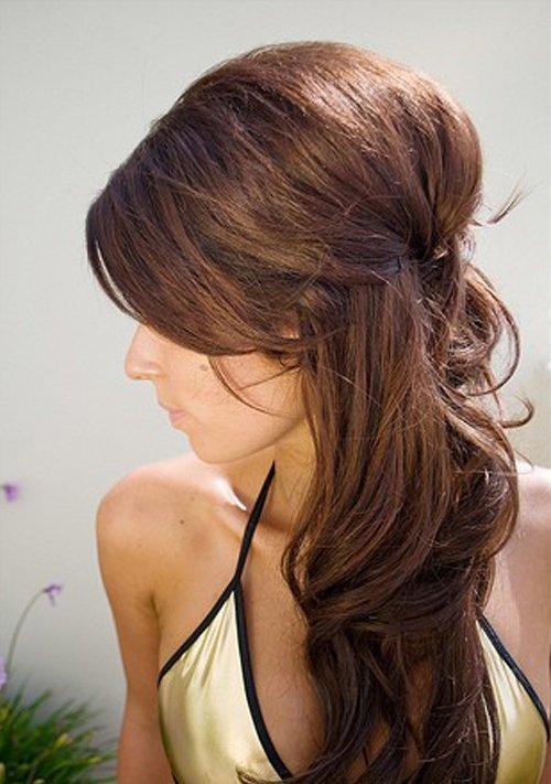 Прическа с начесом на средние волосы на бок