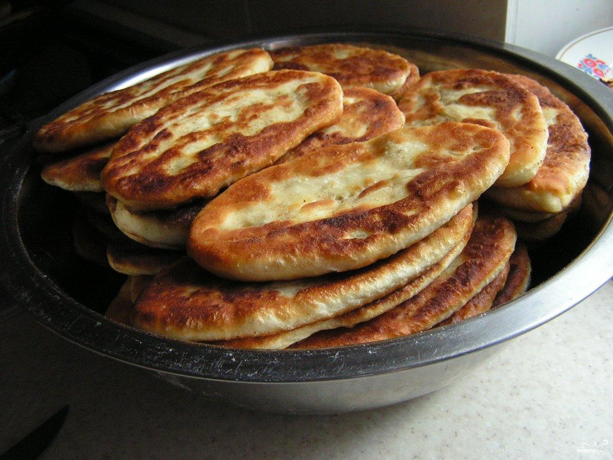 Пирожки на сковороде с дрожжами на молоке рецепт пошагово