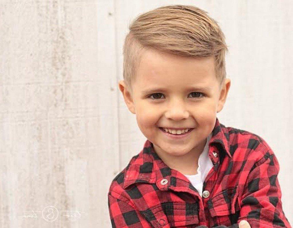 Модная прическа для мальчика фото
