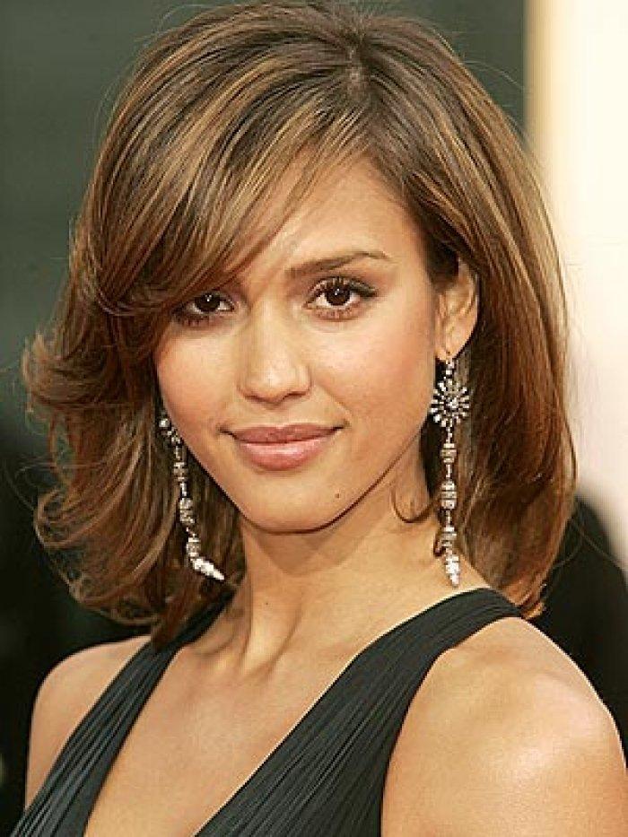 Причёски на средние волосы для широкого лица