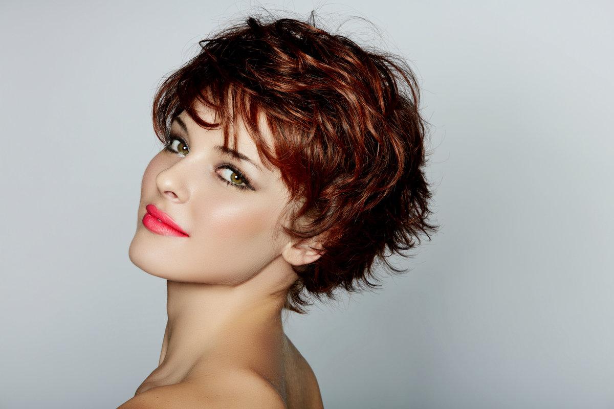 Женские стрижки для волнистых волос на