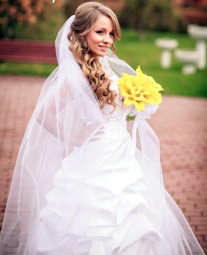 Свадебная прическа и длинная фата