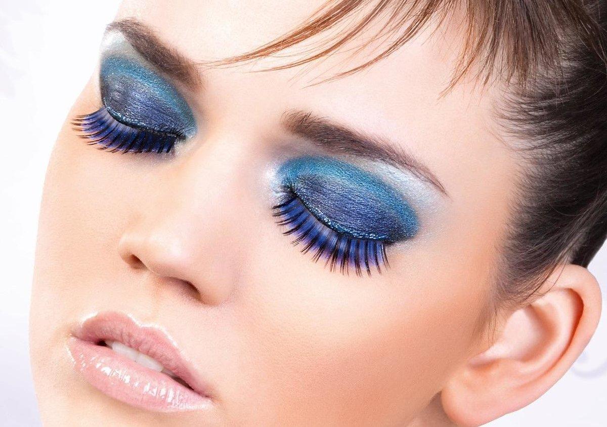 Макияж в синих тонах для серых глаз