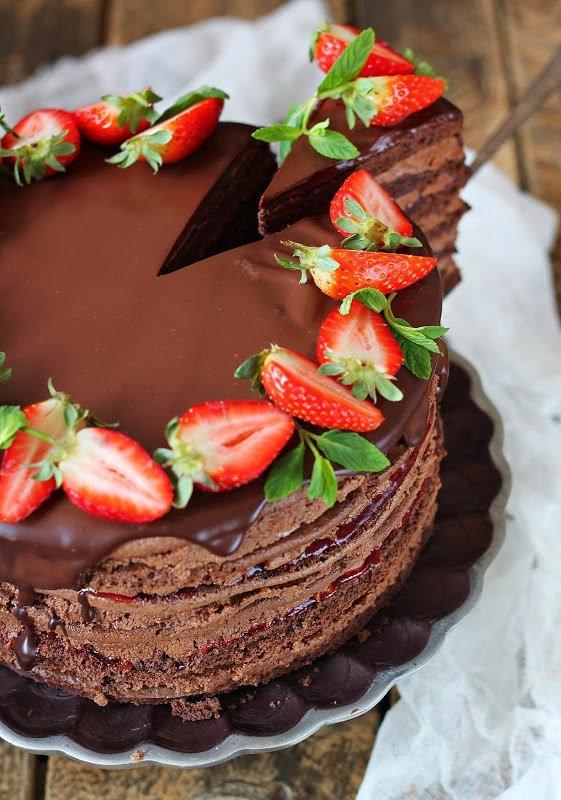 Торт шоколадно клубничный