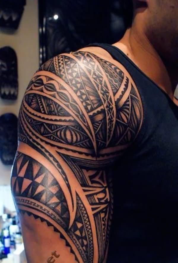 Полинезия тату на плечо мужчин