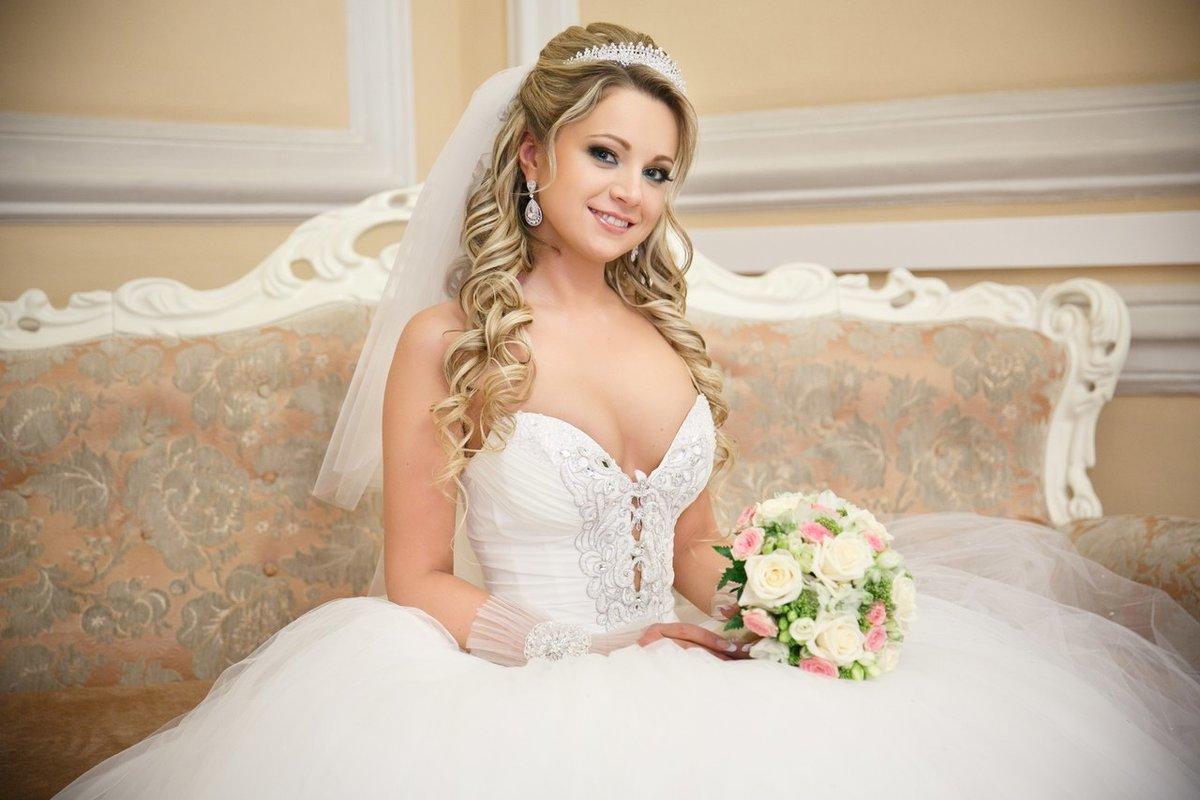 Свадебные прически с локонами на длинные волосы с фатой