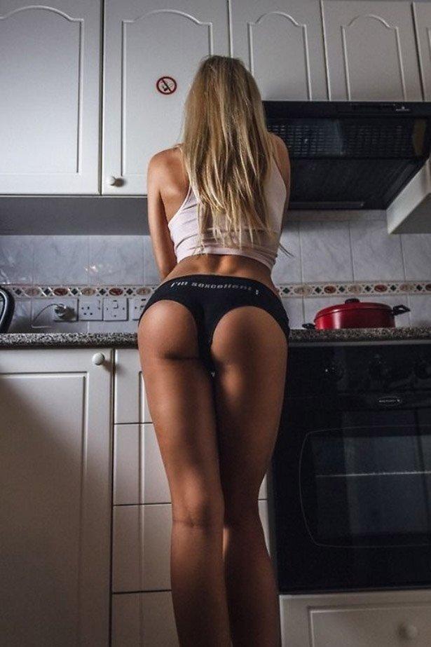 Девушка чирлидер сексуально раздевается на кухне обнажая смачные формы  234111
