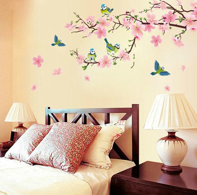 Рисунок на персиковой стене