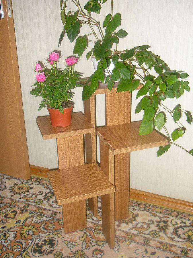 Напольная полка для цветов из дерева фото