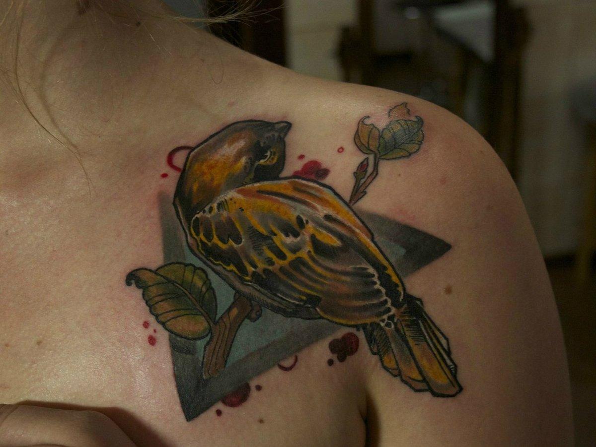 Тату на плече птицы