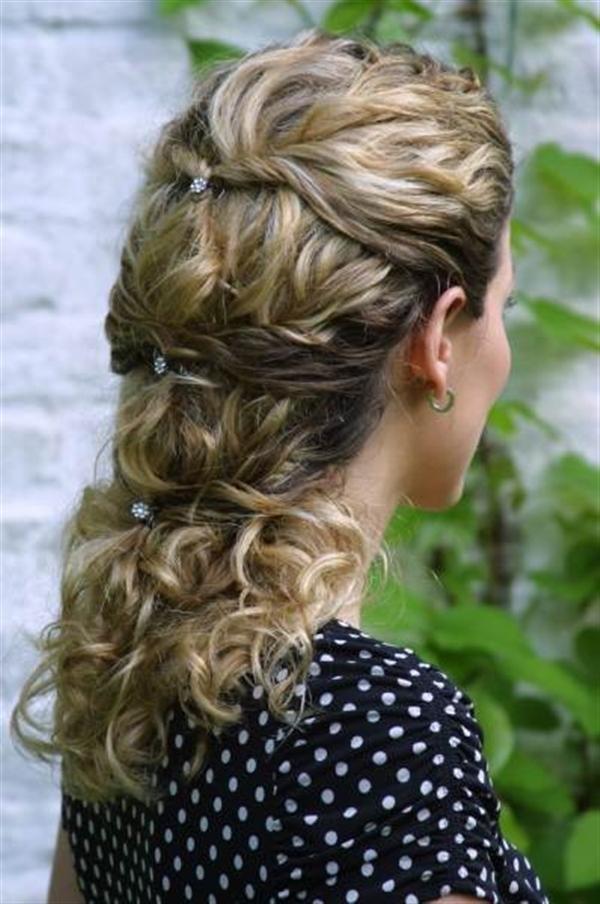 Причёска на кудрявые волосы средней длины в домашних условиях 52