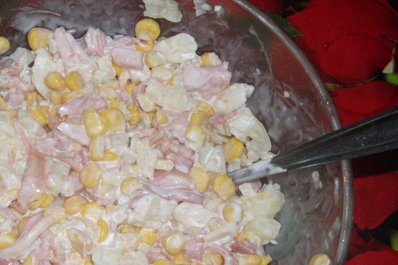 Салат из копченой курицы с ананасом с