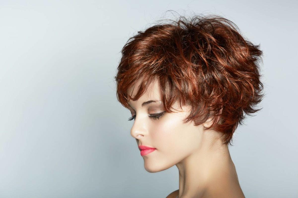 Модельная стрижка женская на волнистые волосы