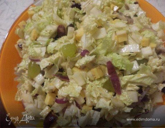 Салат с пекинской капустой и виноградом
