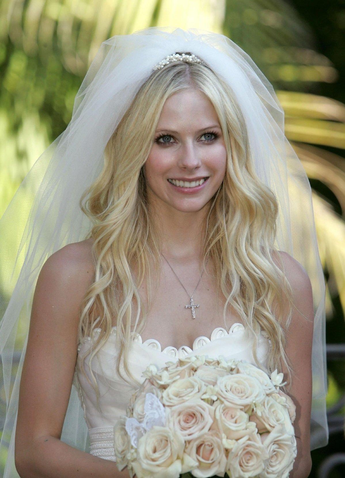 Свадебная прическа локоны с фатой