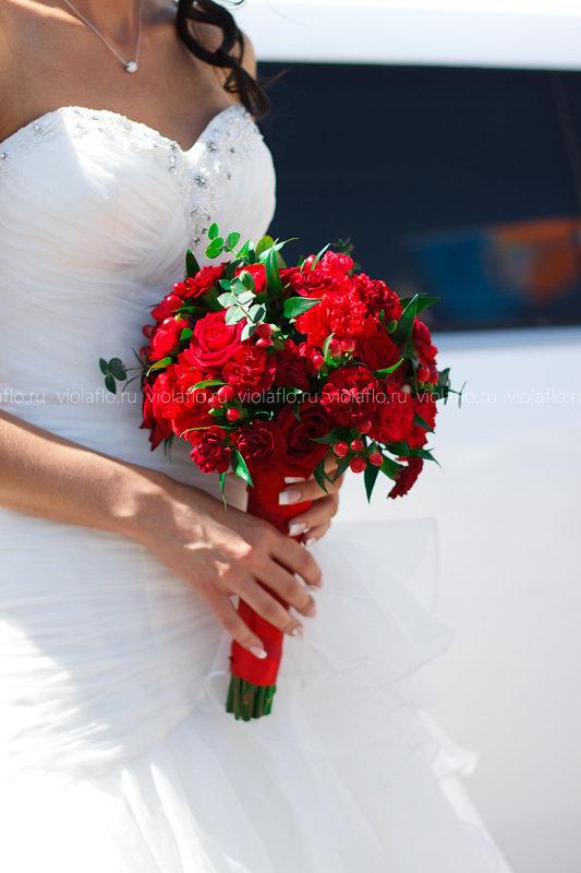 Свадебные платья с красным букетом
