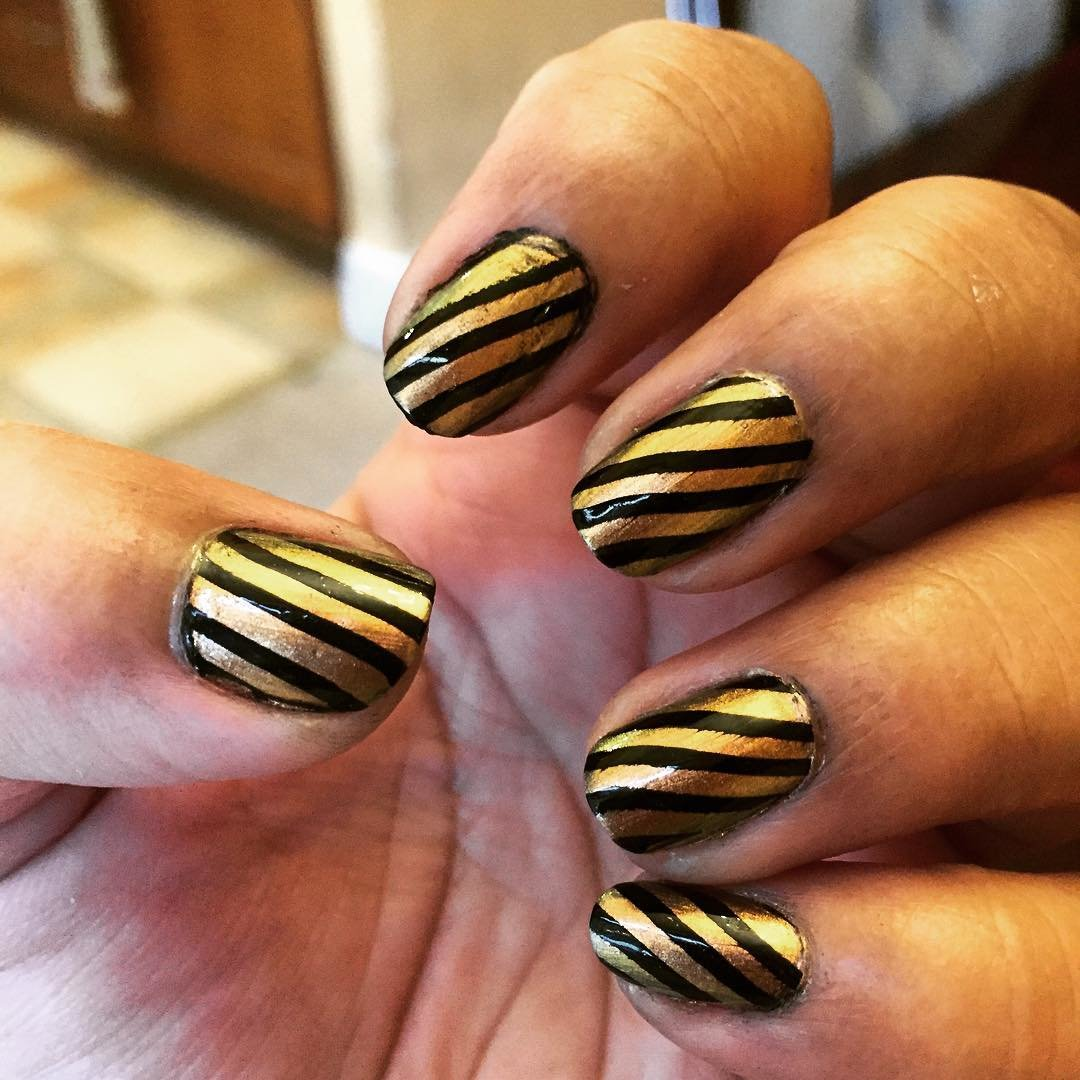 Черные ногти с золотым