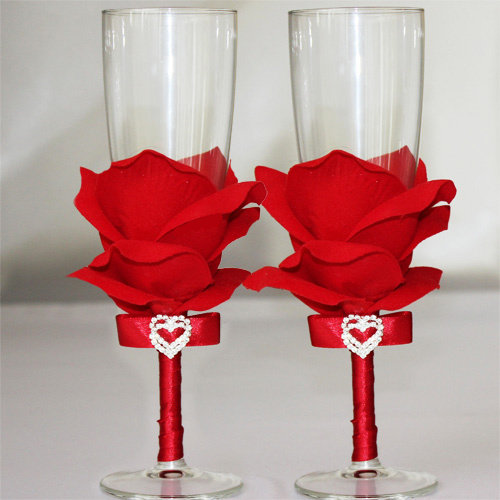 Свадебные бокалы лепестками розами