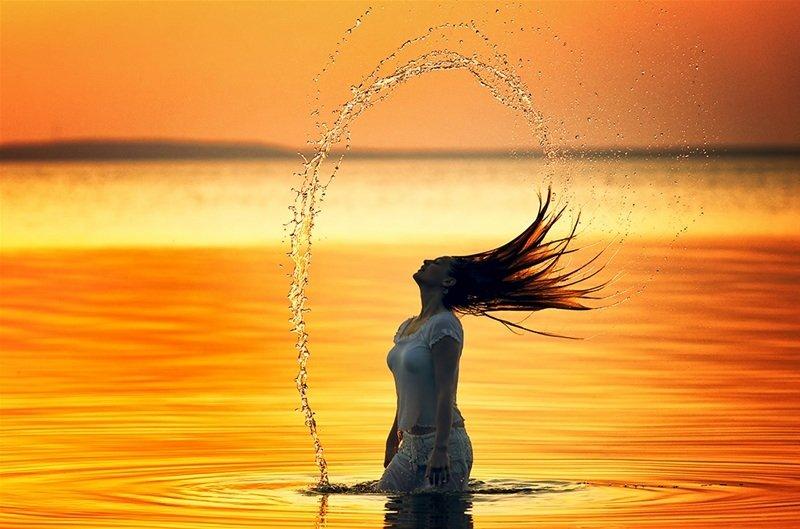 Красивые снимки голой девушки на закате солнца у реки  72710