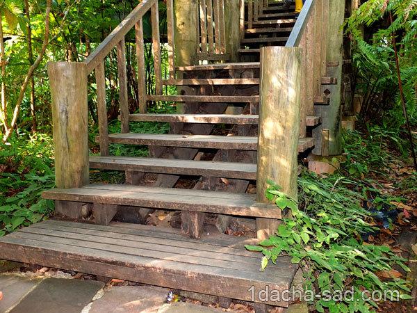 Лестница из дерева в саду своими руками