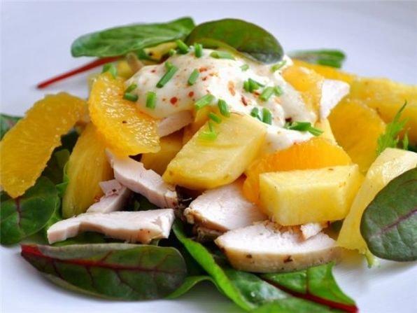 Салаты куриного мяса и ананасов