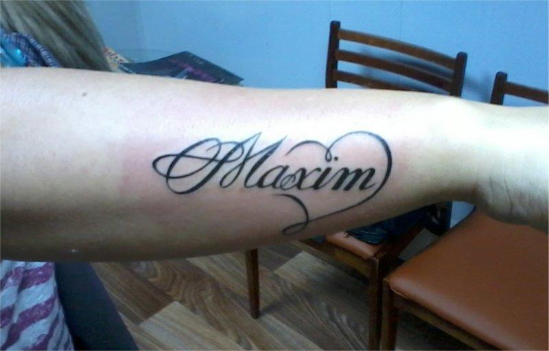 Тату надписи с именами на руке