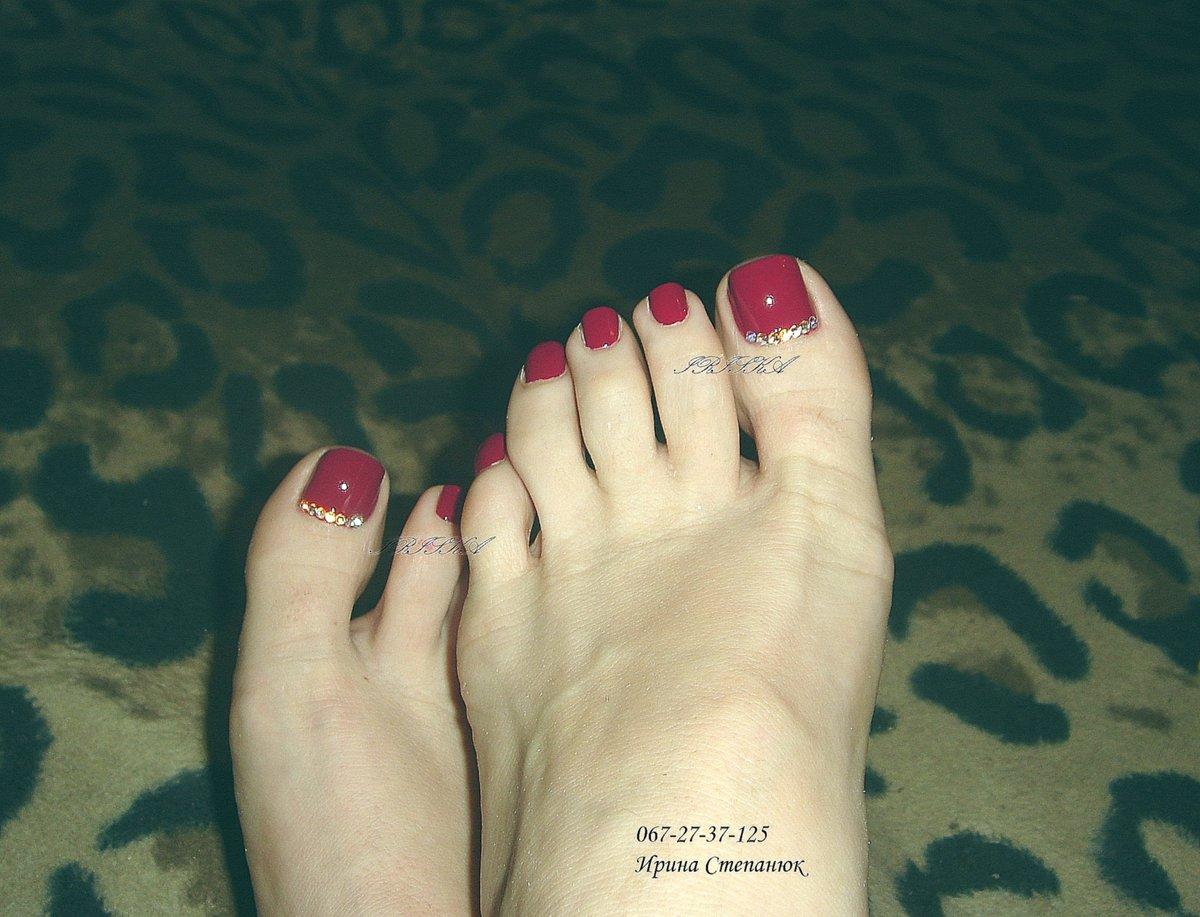 Рисунки на ногтях ног со стразами фото