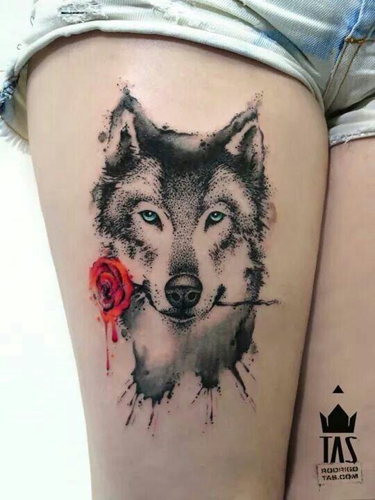 Тату волк с розой на руке
