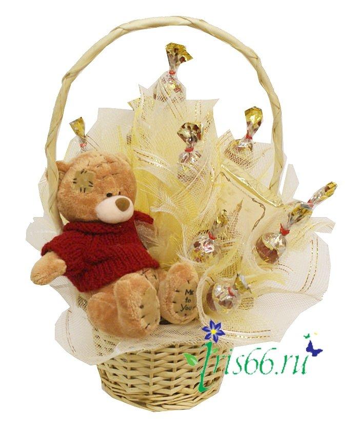 Букеты из конфет и игрушек своими руками в корзинке 18