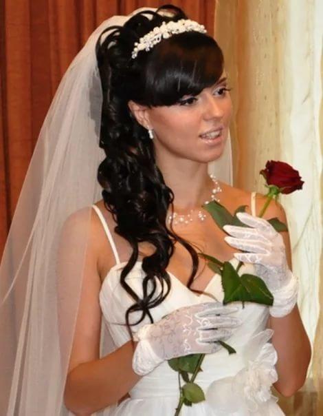 Свадебные прически на длинные волосы с челкой с диадемой и фатой