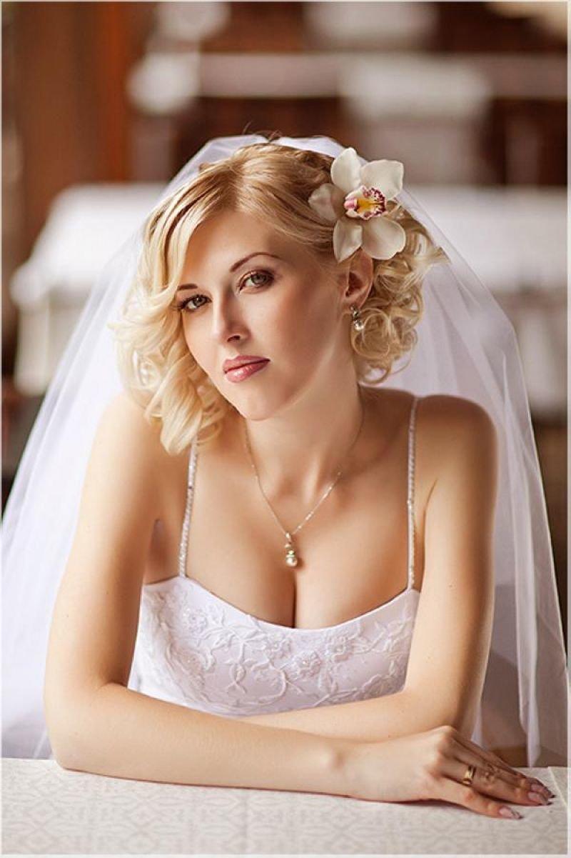 Модные свадебные прически на каре с удлинением, челкой, цветами