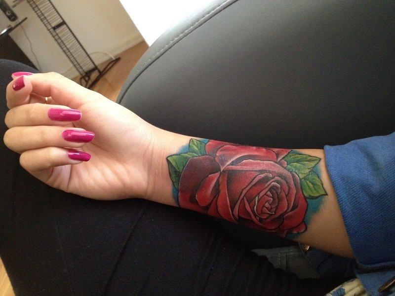 Фото розы на руке тату