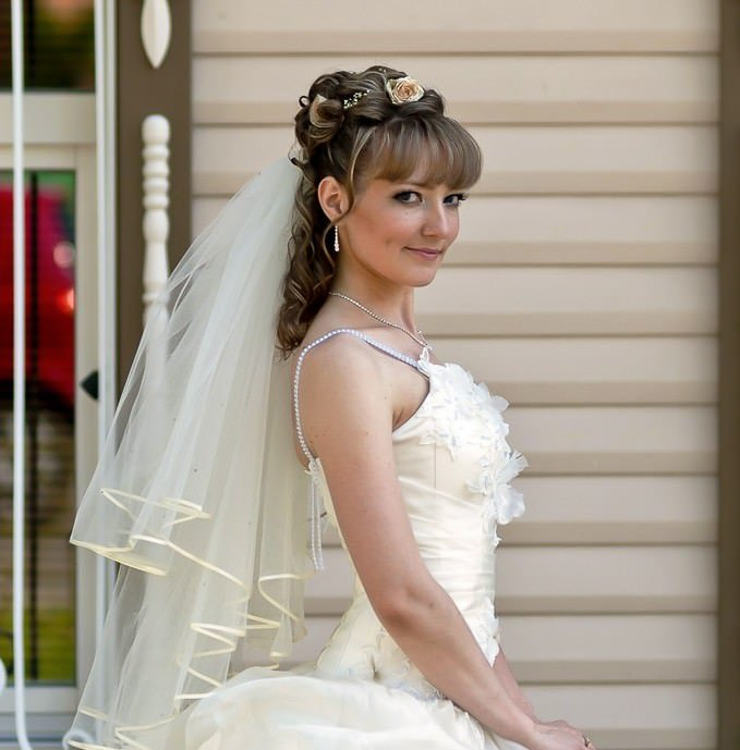 Прически на свадьбу невесте на длинные волосы с челкой