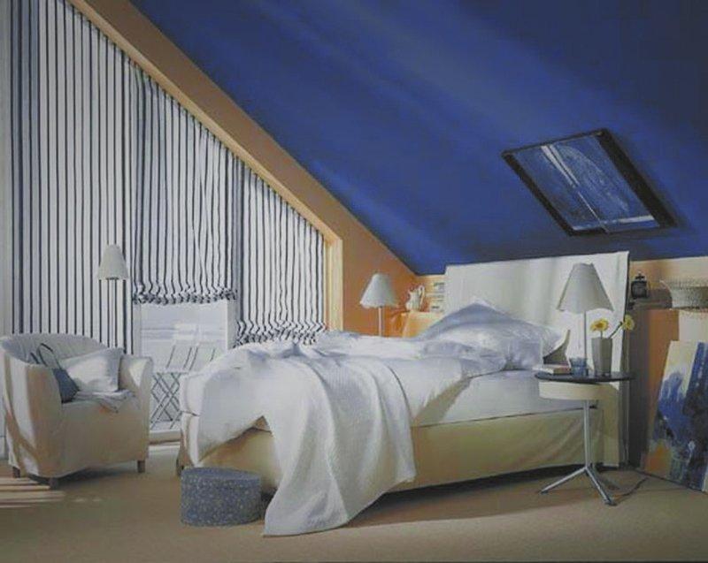 Использование яркого текстиля для оформления интерьера мансардной спальни