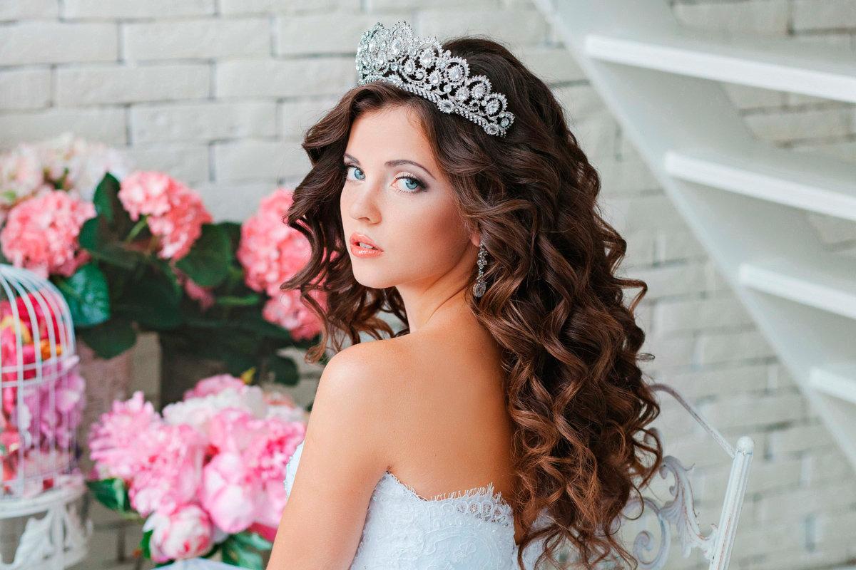 Свадебные прически с длинными волосами и диадемой фото