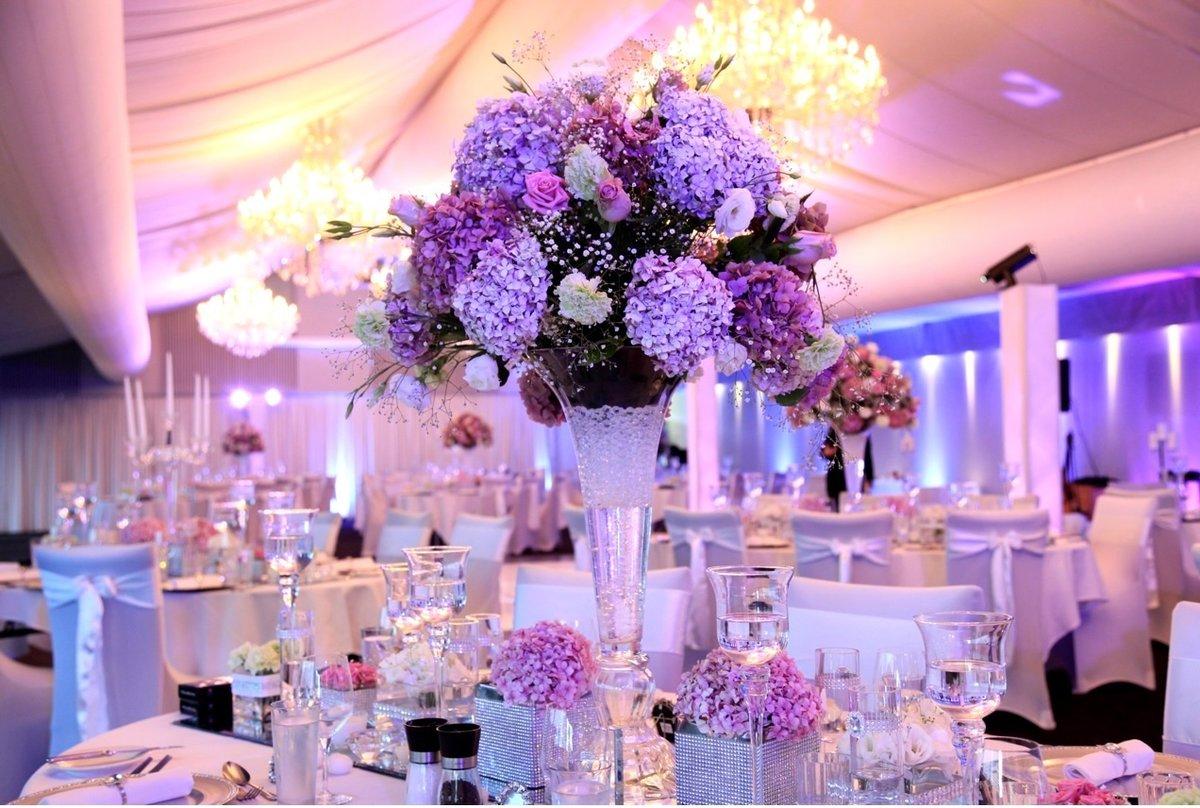 Оформление зала на свадьбу в сиреневых тонах фото