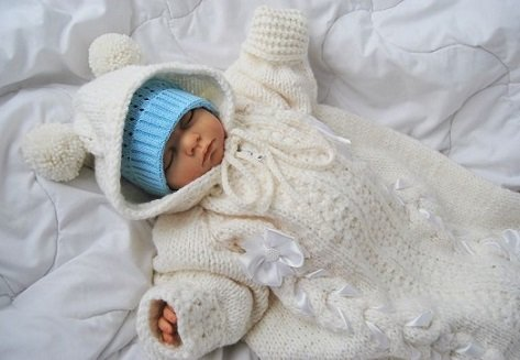 Вязаный спицами конверт для новорожденного на выписку
