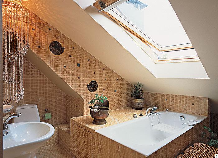 Интерьер ванной в мансардном