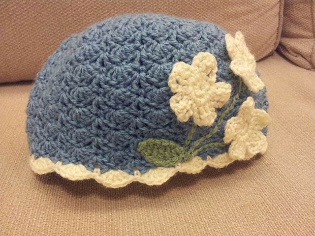 Простая шапочка крючком для девочки узором «Ракушки»