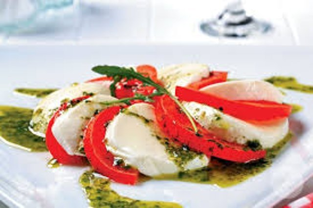 Салат капрезе с соусом песто рецепт с пошагово в