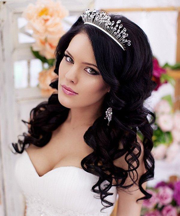свадебные прически с диадемой, челкой и темными волосами