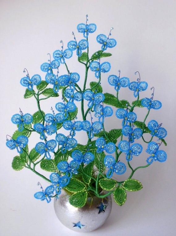 Цветы из голубого бисера