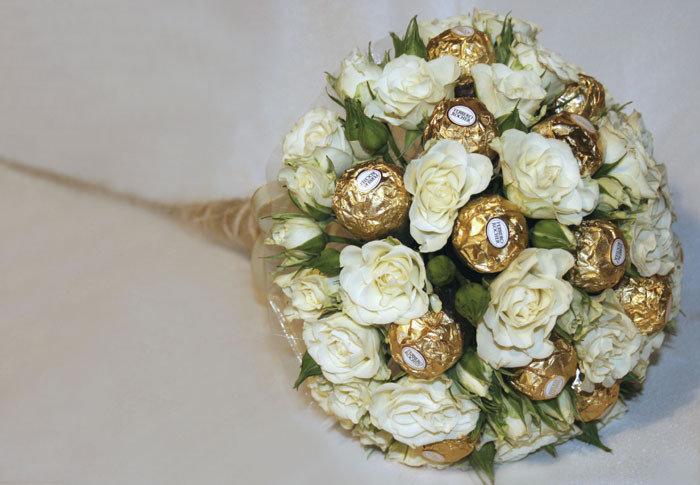 Букет из конфет с цветами живыми